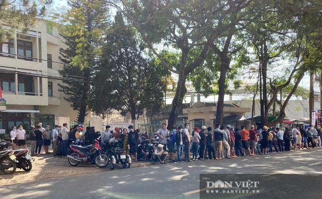 Người dân chen nhau xếp hàng dài cả cây số đội nắng mua vé xem trận HAGL và Hà Nội - Ảnh 5.