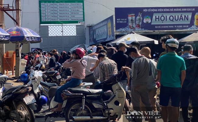 Người dân chen nhau xếp hàng dài cả cây số đội nắng mua vé xem trận HAGL và Hà Nội - Ảnh 6.