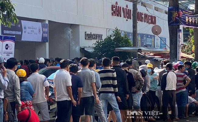 Người dân chen nhau xếp hàng dài cả cây số đội nắng mua vé xem trận HAGL và Hà Nội - Ảnh 8.