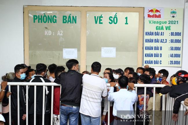 Người dân chen nhau xếp hàng dài cả cây số đội nắng mua vé xem trận HAGL và Hà Nội - Ảnh 4.