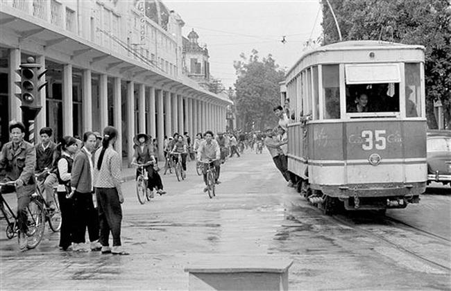 Ảnh để đời những chuyến tàu điện ở Hà Nội năm 1973 - Ảnh 1.