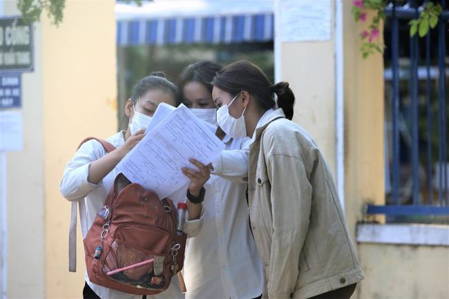 """Đà Nẵng: Học sinh lén chụp đề kiểm tra đăng facebook """"kêu cứu"""" - Ảnh 1."""