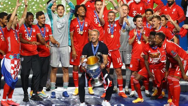 Hansi Flick ăn mừng Champions League năm ngoái.