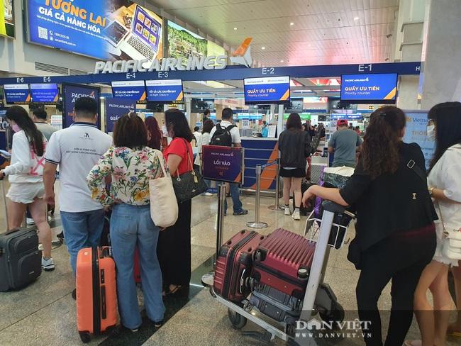 ẢNH: Cảnh đối lập ở sân bay Tân Sơn Nhất sáng Giỗ tổ Hùng Vương  - Ảnh 6.