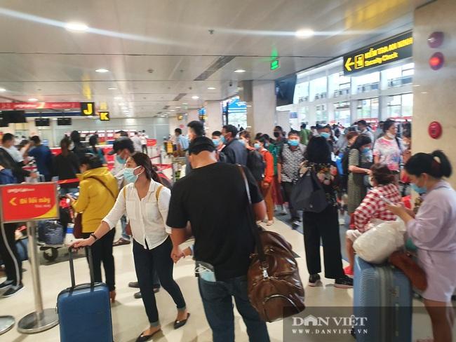 ẢNH: Cảnh đối lập ở sân bay Tân Sơn Nhất sáng Giỗ tổ Hùng Vương  - Ảnh 1.