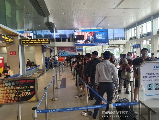 ẢNH: Cảnh đối lập ở sân bay Tân Sơn Nhất sáng Giỗ tổ Hùng Vương  - Ảnh 2.