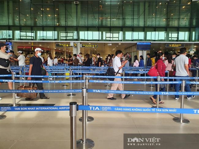 Giỗ tổ Hùng Vương: Sân bay Tân Sơn Nhất đông, hết ùn tắc nghiêm trọng ở cửa soi chiếu an ninh - Ảnh 1.