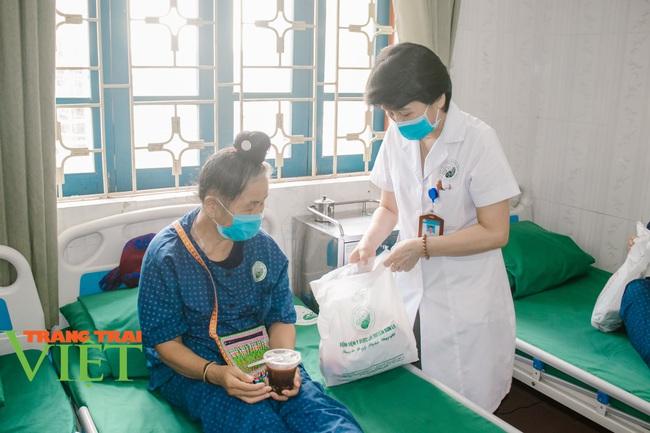 Bệnh nhân hài lòng và tin tưởng Bệnh viện y Dược cổ truyền trong khám chữa bệnh - Ảnh 3.
