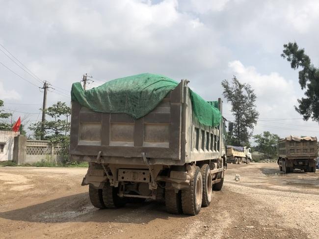 TT-Huế: Lợi dụng khai thác đất thải để múc đất sét đem bán cho nhà máy gạch  - Ảnh 1.