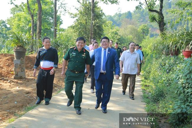 Ông Thào Xuân Sùng trèo đèo, lội suối chia sẻ cách nuôi gà với bà con huyện Phong Thổ (Lai Châu) - Ảnh 5.