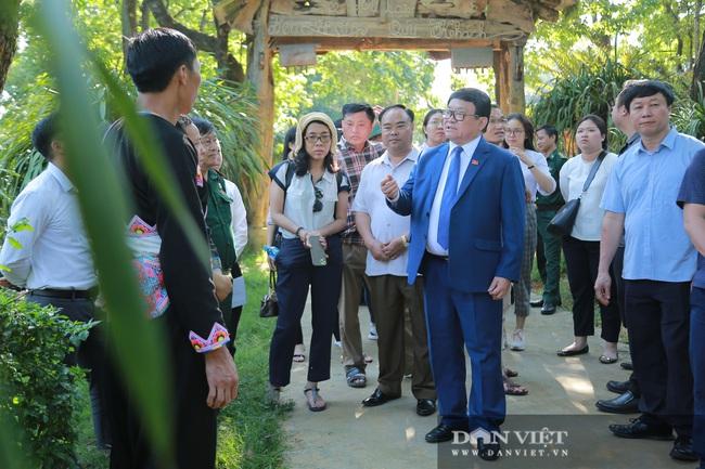 Ông Thào Xuân Sùng trèo đèo, lội suối chia sẻ cách nuôi gà với bà con huyện Phong Thổ (Lai Châu) - Ảnh 6.