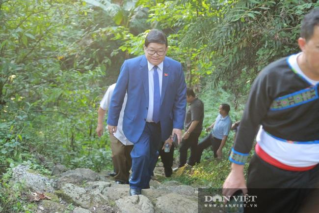 Ông Thào Xuân Sùng trèo đèo, lội suối chia sẻ cách nuôi gà với bà con huyện Phong Thổ (Lai Châu) - Ảnh 7.