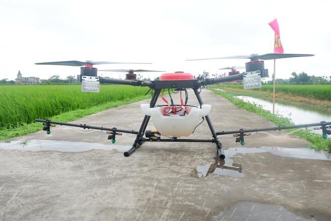 Dùng máy bay không người lái trong sản xuất lúa: Giảm sâu bệnh, nông dân nhẹ công - Ảnh 2.