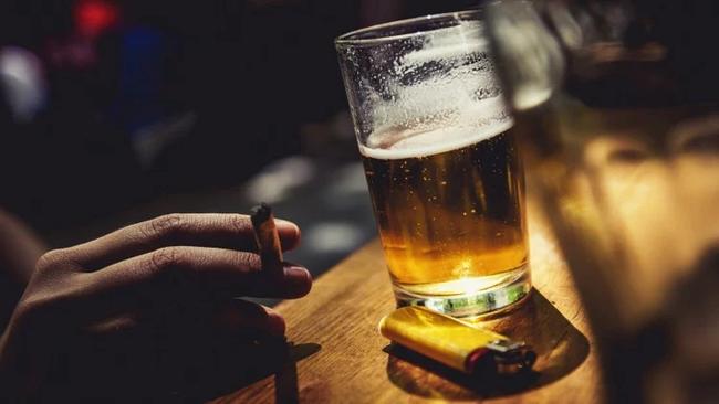 Đây là lý do vì sao rất nhiều người hút thuốc khi đang uống rượu  - Ảnh 1.