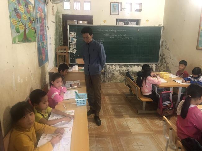 Học sinh ngồi như nêm cối vì thiếu có phòng học. - Ảnh 1.