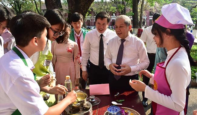 Chủ tịch TT-Huế: Không chỉ học sinh nữ mà học sinh nam cũng phải học kỹ năng gia chánh  - Ảnh 1.