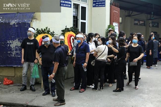 Vụ cháy 4 người tử vong ở Hà Nội: Người thân khóc nấc, cô giáo lặng tiễn học sinh  - Ảnh 3.