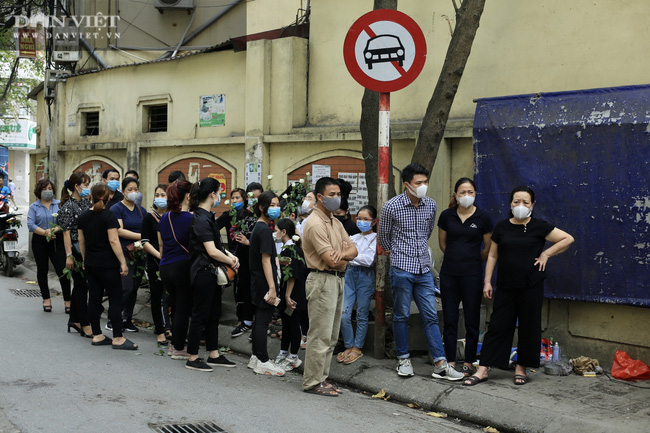 Vụ cháy 4 người tử vong ở Hà Nội: Người thân khóc nấc, cô giáo lặng tiễn học sinh  - Ảnh 7.