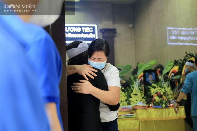 Vụ cháy 4 người tử vong ở Hà Nội: Người thân khóc nấc, cô giáo lặng tiễn học sinh  - Ảnh 6.