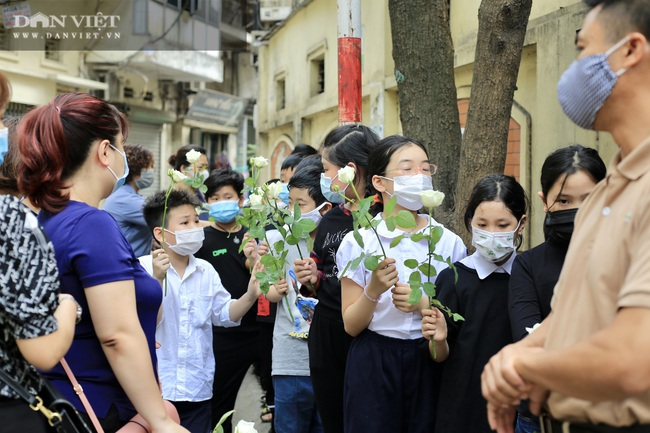Vụ cháy 4 người tử vong ở Hà Nội: Người thân khóc nấc, cô giáo lặng tiễn học sinh  - Ảnh 8.