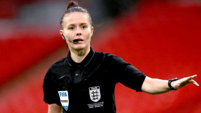 Nữ trọng tài xinh đẹp đi vào lịch sử bóng đá Anh - Ảnh 7.