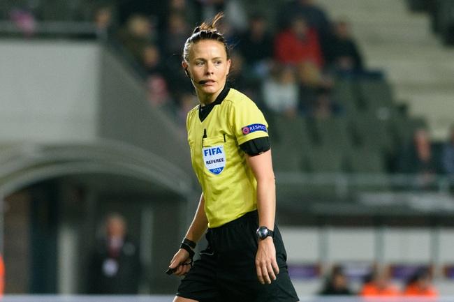 Nữ trọng tài xinh đẹp đi vào lịch sử bóng đá Anh - Ảnh 1.