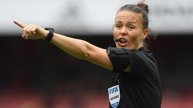 Nữ trọng tài xinh đẹp đi vào lịch sử bóng đá Anh - Ảnh 6.
