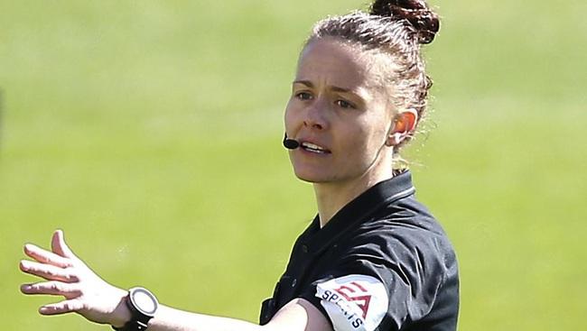 Nữ trọng tài xinh đẹp đi vào lịch sử bóng đá Anh - Ảnh 4.