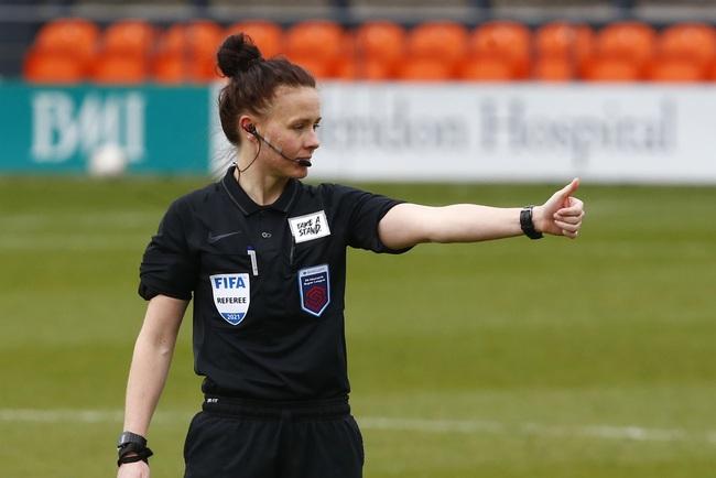 Nữ trọng tài xinh đẹp đi vào lịch sử bóng đá Anh - Ảnh 3.
