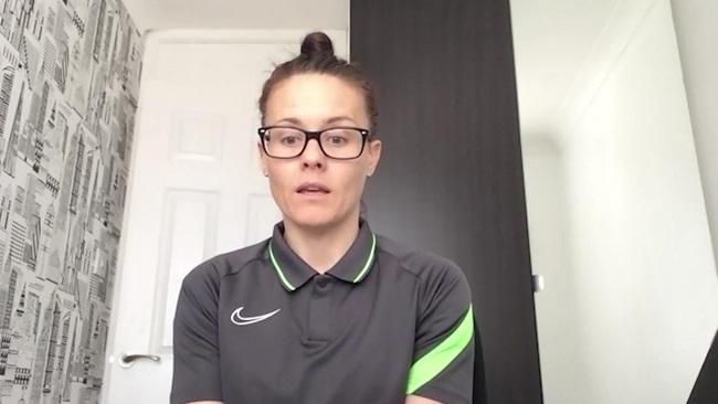 Nữ trọng tài xinh đẹp đi vào lịch sử bóng đá Anh - Ảnh 2.