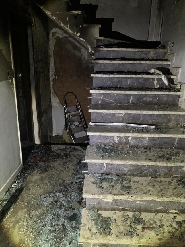 """TPHCM: """"Giải cứu"""" 5 người mắc kẹt trong căn nhà bốc cháy dữ dội - Ảnh 1."""
