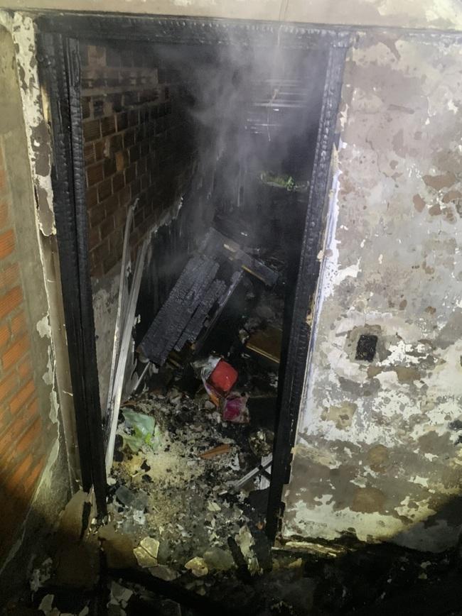 """TPHCM: """"Giải cứu"""" 5 người mắc kẹt trong căn nhà bốc cháy dữ dội - Ảnh 2."""