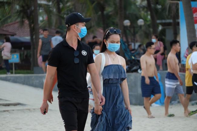 Gần 14.000 khách đến các bãi biển Đà Nẵng ngày đầu nghỉ lễ - Ảnh 4.