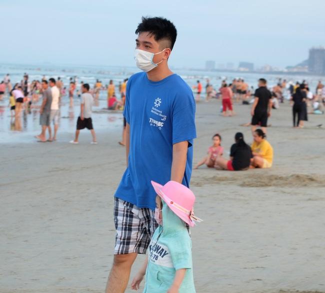 Gần 14.000 khách đến các bãi biển Đà Nẵng ngày đầu nghỉ lễ - Ảnh 5.