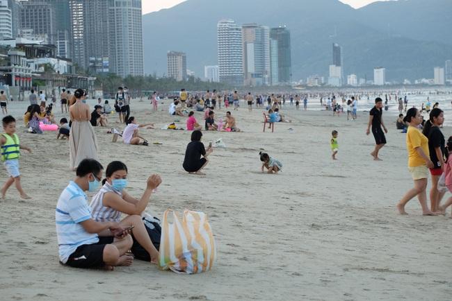 Gần 14.000 khách đến các bãi biển Đà Nẵng ngày đầu nghỉ lễ - Ảnh 2.