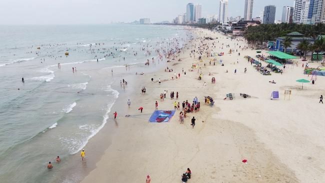 Gần 14.000 khách đến các bãi biển Đà Nẵng ngày đầu nghỉ lễ - Ảnh 1.