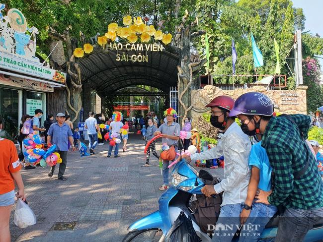 """Thảo Cầm Viên Sài Gòn tiếp tục đông nghẹt, vật vã """"rồng rắn"""" mua vé - Ảnh 2."""