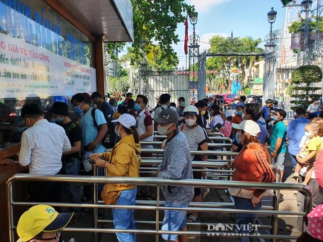 """Thảo Cầm Viên Sài Gòn tiếp tục đông nghẹt, vật vã """"rồng rắn"""" mua vé - Ảnh 1."""