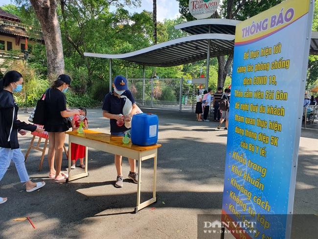 """Thảo Cầm Viên Sài Gòn tiếp tục đông nghẹt, vật vã """"rồng rắn"""" mua vé - Ảnh 5."""