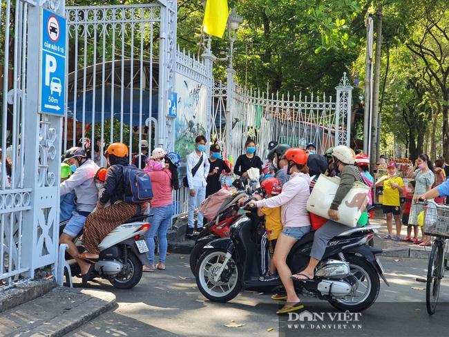 """Thảo Cầm Viên Sài Gòn tiếp tục đông nghẹt, vật vã """"rồng rắn"""" mua vé - Ảnh 11."""