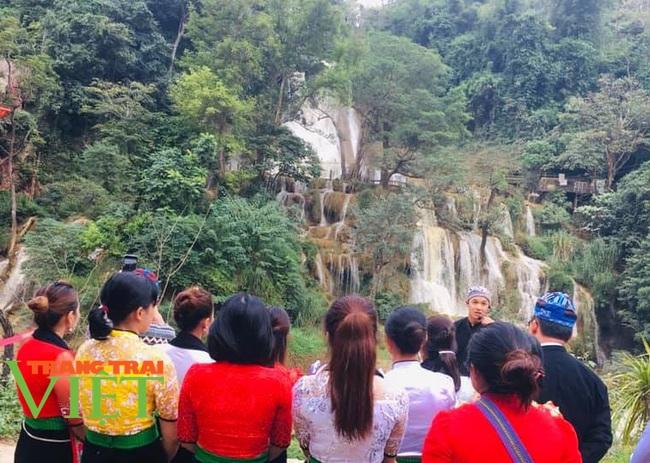 Các điểm du lịch Mộc Châu chật cứng du khách đến tham quan, trải nghiệm - Ảnh 6.