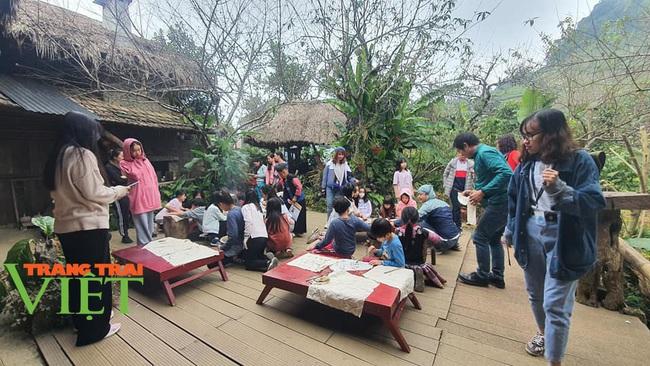 Các điểm du lịch Mộc Châu chật cứng du khách đến tham quan, trải nghiệm - Ảnh 2.