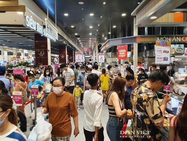 Covid-19 phức tạp, siêu thị, trung tâm thương mại tại TP.HCM vẫn đông nghịt - Ảnh 1.