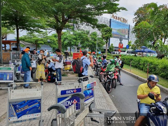 Ô tô nối đuôi, khách kéo hành lý ra khỏi sân bay Tân Sơn Nhất sau lễ - Ảnh 12.