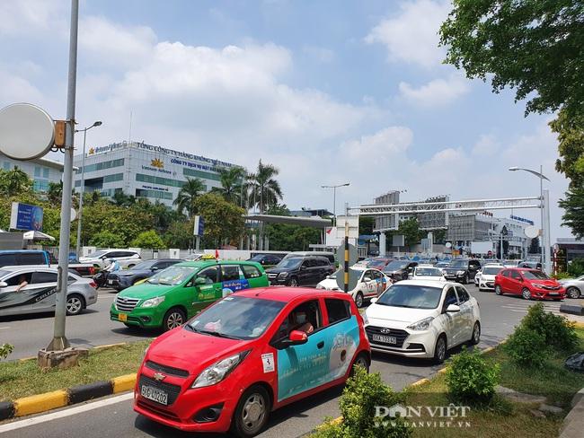 Ô tô nối đuôi, khách kéo hành lý ra khỏi sân bay Tân Sơn Nhất sau lễ - Ảnh 9.