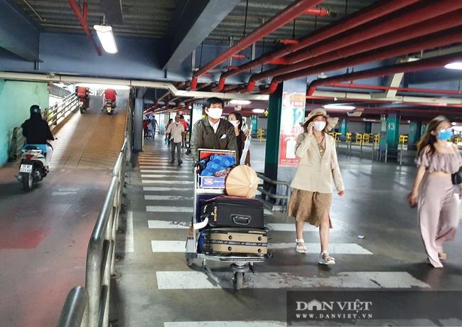 Ô tô nối đuôi, khách kéo hành lý ra khỏi sân bay Tân Sơn Nhất sau lễ - Ảnh 10.