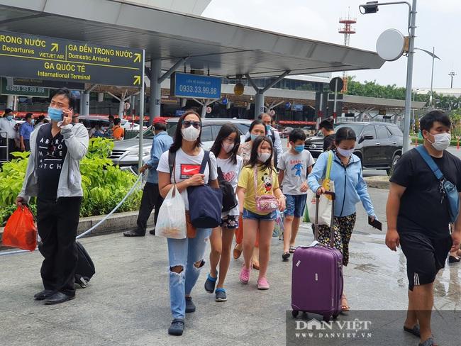 Ô tô nối đuôi, khách kéo hành lý ra khỏi sân bay Tân Sơn Nhất sau lễ - Ảnh 5.