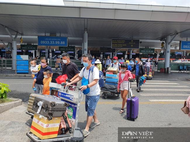 Ô tô nối đuôi, khách kéo hành lý ra khỏi sân bay Tân Sơn Nhất sau lễ - Ảnh 4.