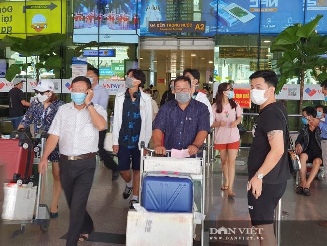 Ô tô nối đuôi, khách kéo hành lý ra khỏi sân bay Tân Sơn Nhất sau lễ - Ảnh 2.