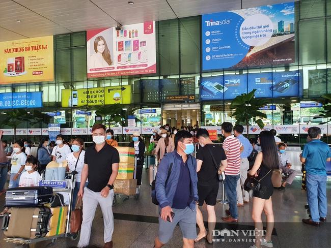 Ô tô nối đuôi, khách kéo hành lý ra khỏi sân bay Tân Sơn Nhất sau lễ - Ảnh 1.